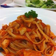Photo taken at Vivo American Pizza & Panini by Enida J. on 7/8/2012