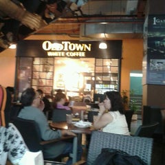 Photo taken at OldTown White Coffee by Jack Y. on 2/25/2012