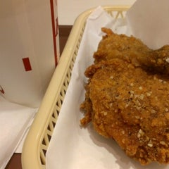 Photo taken at ケンタッキーフライドチキン 青物横丁店 by Fumito I. on 9/3/2012