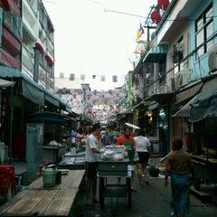 Photo taken at ตลาดตรอกหม้อ (Trok Mo Market) by Pichan P. on 4/13/2012