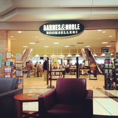 Photo taken at Barnes & Noble by Fabio G. on 4/26/2012