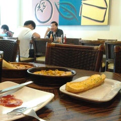 Photo taken at Pizza Hut by Erlina N. on 6/20/2012