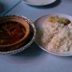 Photo taken at Asam Pedas Claypot, Jalan Salleh, Muar by shazreena s. on 4/13/2012