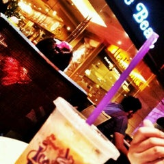 Photo taken at The Coffee Bean & Tea Leaf by arteen t. on 7/28/2012