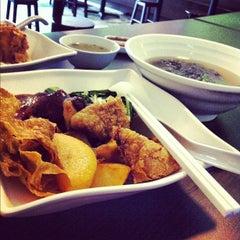 Photo taken at Bagus Yong Tau Foo by Muneera M. on 8/28/2012