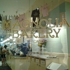 Photo taken at Magnolia Bakery by Stephanie I. on 5/25/2012