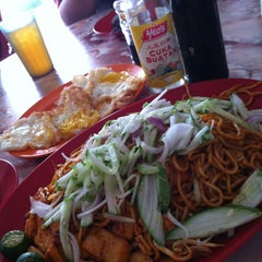 Photo taken at Tanjung Mee Goreng 顺兴茶餐室 by tracycy® on 8/25/2012