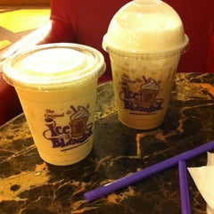Photo taken at The Coffee Bean & Tea Leaf by Aditya P. on 6/11/2012