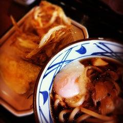 Photo taken at Marugame Seimen (มารุกาเมะ เซเมง) 丸亀製麺 by Bojawa W. on 7/19/2012