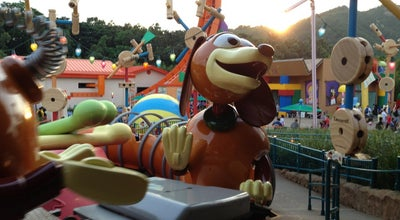 Photo of Theme Park Ride / Attraction Slinky Dog Spin at Hong Kong Disneyland, Penny's Bay, Hong Kong
