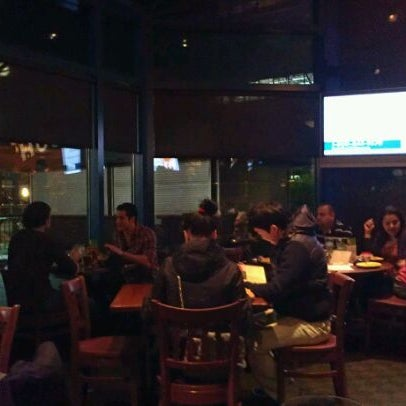 Photo taken at Houlihan's by Enmanuel H. on 4/6/2012