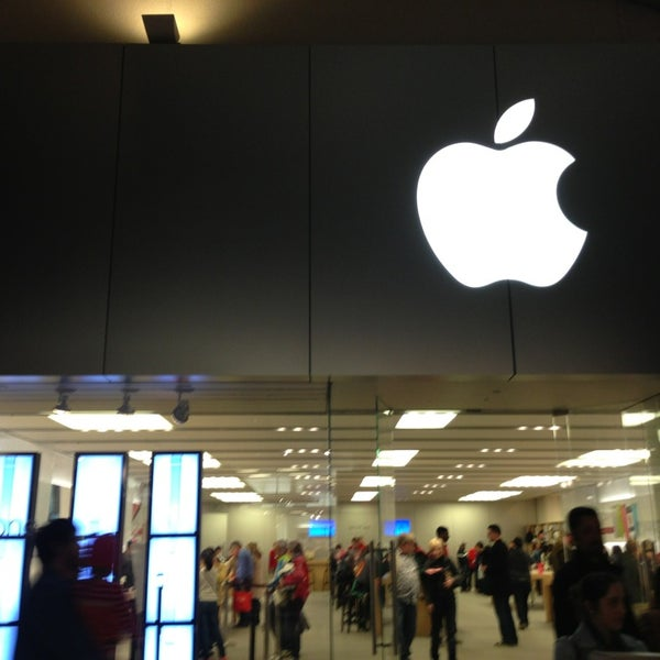 Photo taken at Apple Store, La Cantera by Ruben L. on 12/30/2012