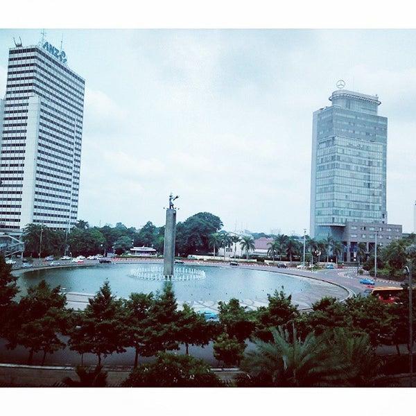 Photo taken at Bundaran Hotel Indonesia (Monumen Selamat Datang) by Nanda W. on 2/27/2015