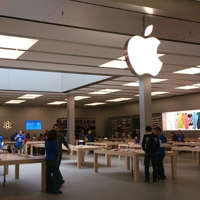 Photo taken at Apple Bellevue Square by Takman on 2/4/2013