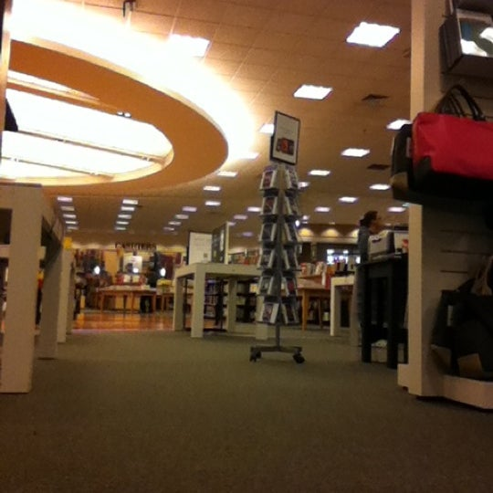 Photo taken at Barnes & Noble by Damian C. on 9/29/2012