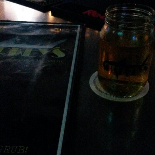 Photo taken at Sharkeys Beer & Wine by Silvio Andolfato (. on 10/26/2014