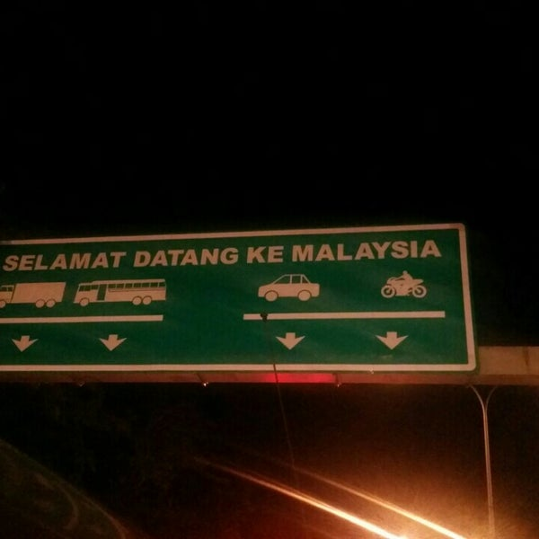 Photo taken at Bukit Kayu Hitam Immigration Complex by Luqmanul H. on 6/6/2015