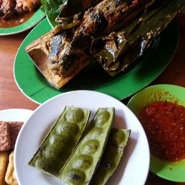 Photo taken at Ikan Bakar Bambu Haur by AriA on 5/31/2014