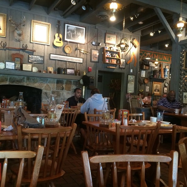 Photo taken at Cracker Barrel Old Country Store by Lulú D. on 5/16/2014