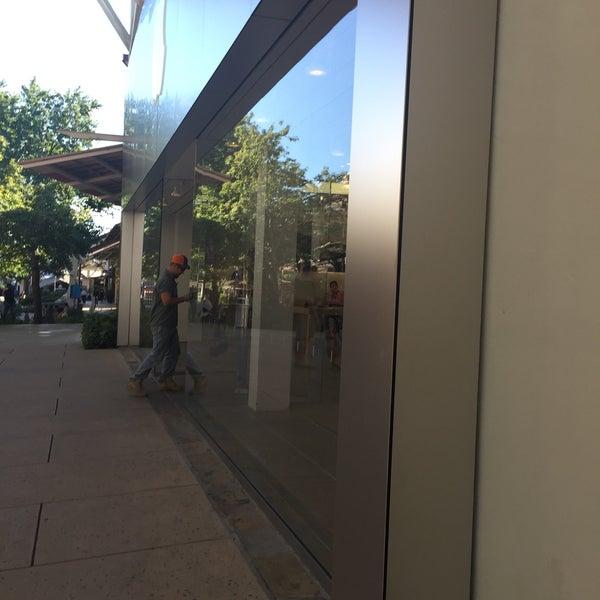 Photo taken at Apple La Cantera by Rey L. on 10/17/2016