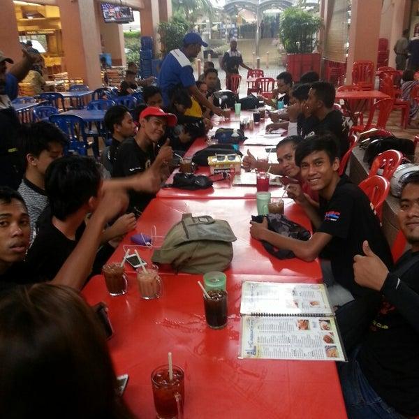 Photo taken at Restoran Al-Naz Maju by Huzaifah Y. on 4/27/2014