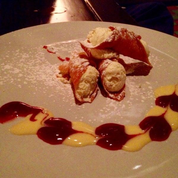 Dolci: Cannoli (tres barquillos rellenos de crema ricotta y naranja)