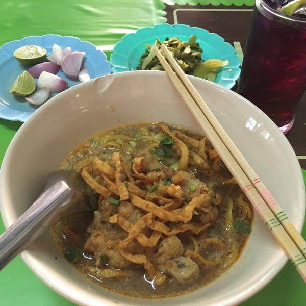 Photo taken at Kao Soi Lamduan Fa Ham by Pennapa S. on 4/7/2016