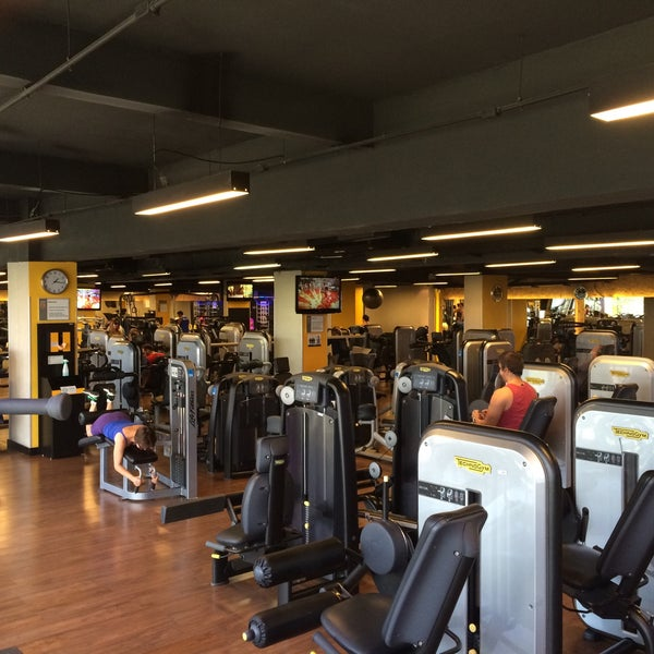 Photo taken at Academia Smart Fit by Weber Q. on 1/11/2015
