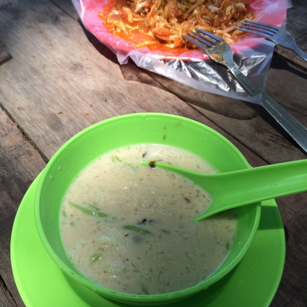 Photo taken at Cendol & Rojak Taman Bahagia by Clarence T. on 3/23/2014