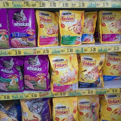 Photo taken at Giant Hypermarket by Thalia B. on 2/27/2013
