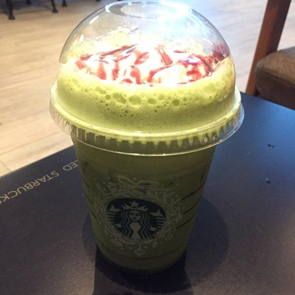 Photo taken at Starbucks by Oil I. on 11/22/2016