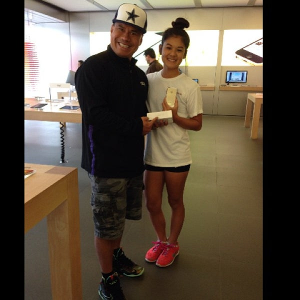 Photo taken at Apple Store by Triman T. on 10/21/2013