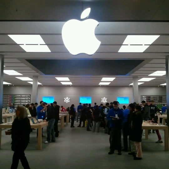 Photo taken at Apple Bellevue Square by Tai Hyung K. on 10/27/2012
