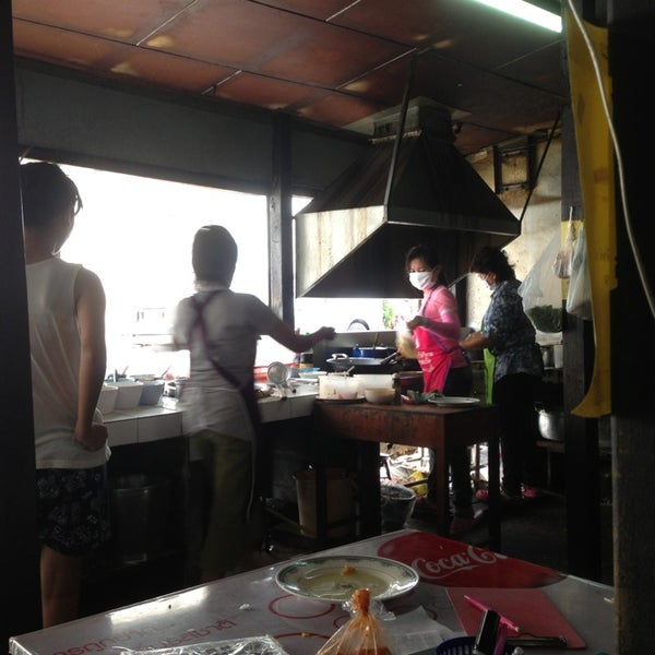 Photo taken at ร้านติ๊ด ผัดไทกุ้งสด by จิราพร ศ. on 4/3/2013