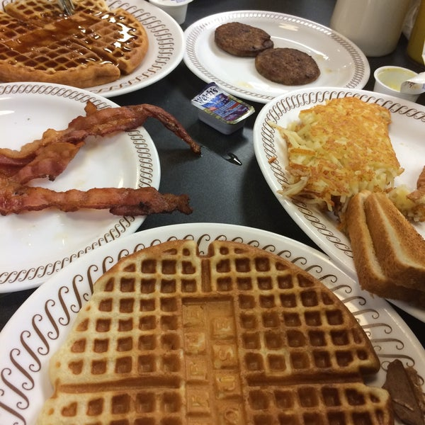 Photo taken at Waffle House by Zwan C. on 3/28/2015