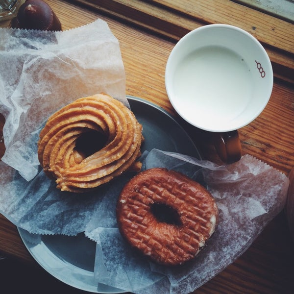 Photo taken at Peter Pan Donut & Pastry Shop by Madoka O. on 11/30/2014