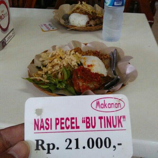 Photo taken at Nasi Pecel Bu Tinuk by Maz P. on 10/21/2014
