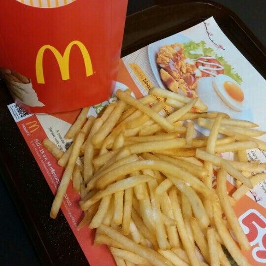 Photo taken at McDonald's (แมคโดนัลด์) by Ḻ € € ♡ on 8/23/2015