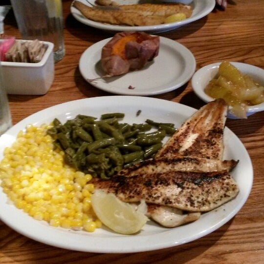 Photo taken at Cracker Barrel Old Country Store by Donna C. on 12/13/2013