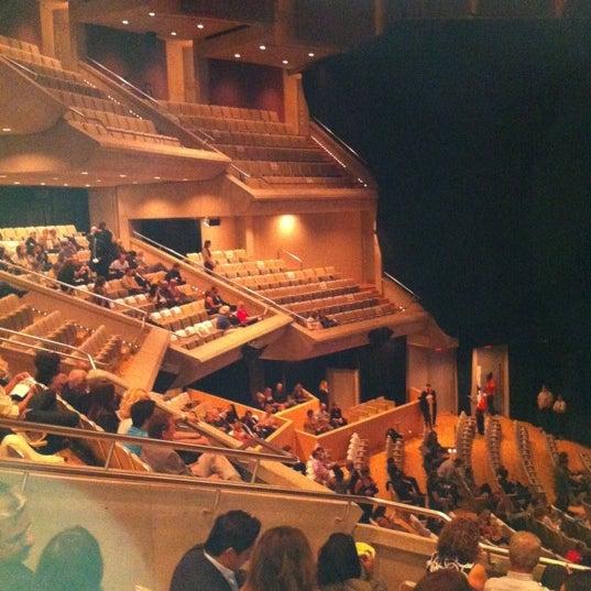 Снимок сделан в Roy Thomson Hall пользователем Michael B. 9/12/2011