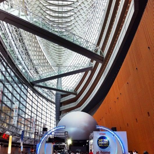 Photo taken at 東京国際フォーラム ガラス棟 by JIJI on 12/15/2012