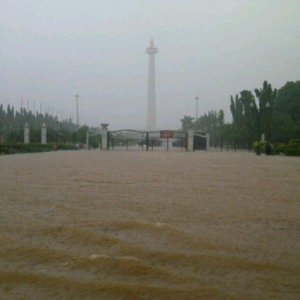 Photo taken at Bundaran Hotel Indonesia (Monumen Selamat Datang) by Bahtera R. on 1/18/2013