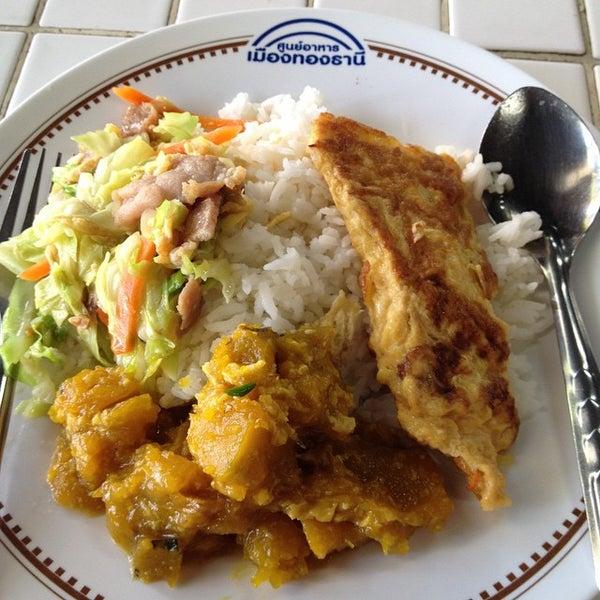 Photo taken at Food Center (ศูนย์อาหารเมืองทองธานี) by Somyot K. on 6/4/2015