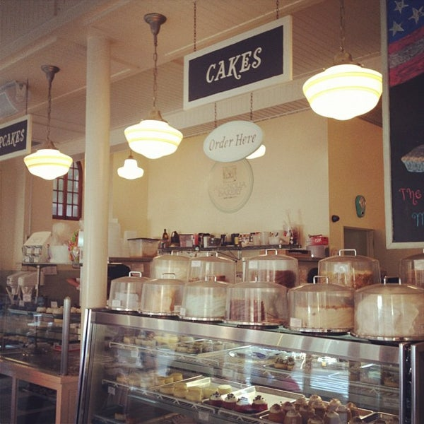 Photo taken at Magnolia Bakery by Rodney Antonio R. on 7/10/2012