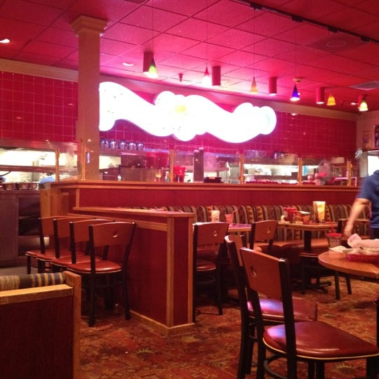 Photo taken at Red Robin Gourmet Burgers by René K. on 4/12/2012