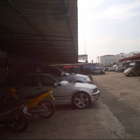 Photo taken at Pasar Mobil Kemayoran by Ana N. on 7/27/2013
