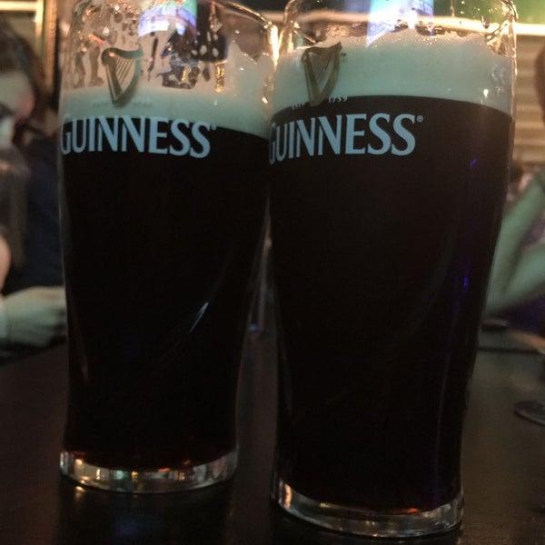 Yiyecek çeşitleri yeterli.Türk butik biralar pahalı.Kaliteli hizmet verdiğini söyleyebiliriz. Guinness 17 ₺, Pera 16 ₺. Çeşitli biraları yudumlayarak maç izlemek isteyenlere tavsiye ederiz :)