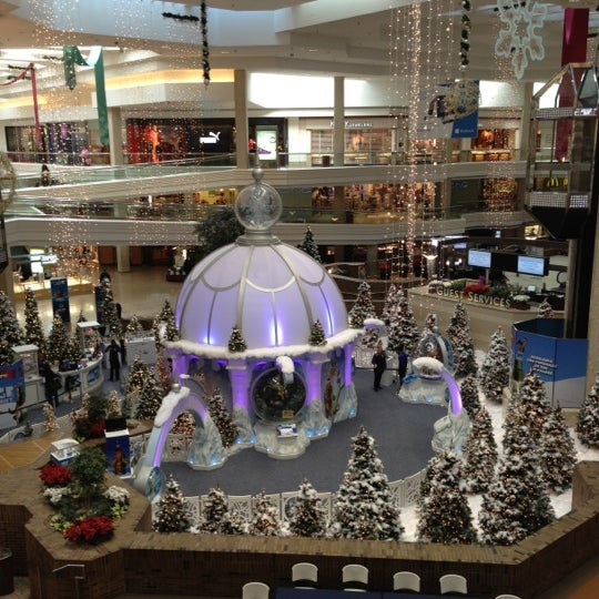 Photo taken at Woodfield Mall by Nattalia on 11/13/2012