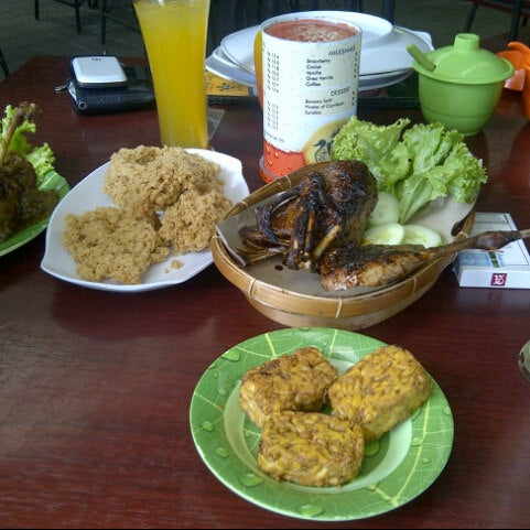 Photo taken at Bebek Van Java by Zainah F. on 9/23/2012