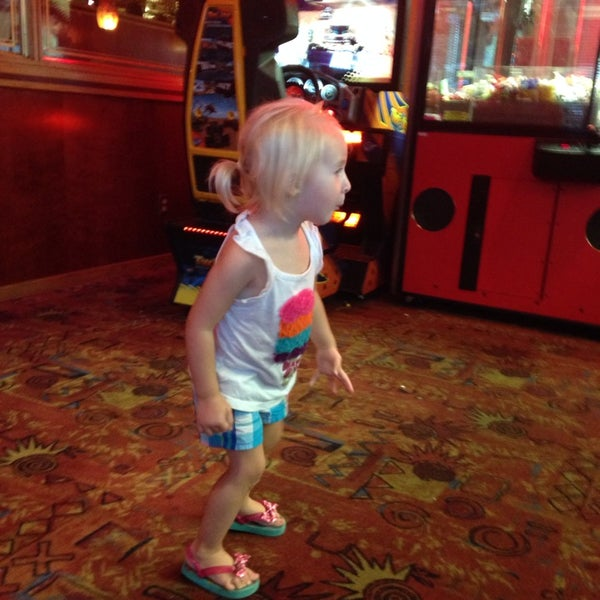 Photo taken at Red Robin Gourmet Burgers by Veronica C. on 9/2/2014